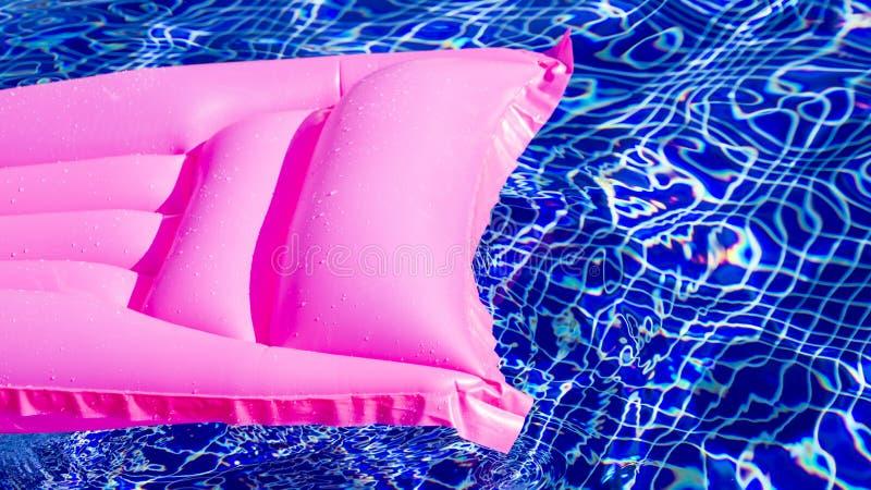 Eine Wassermatratze im Pool lizenzfreies stockfoto