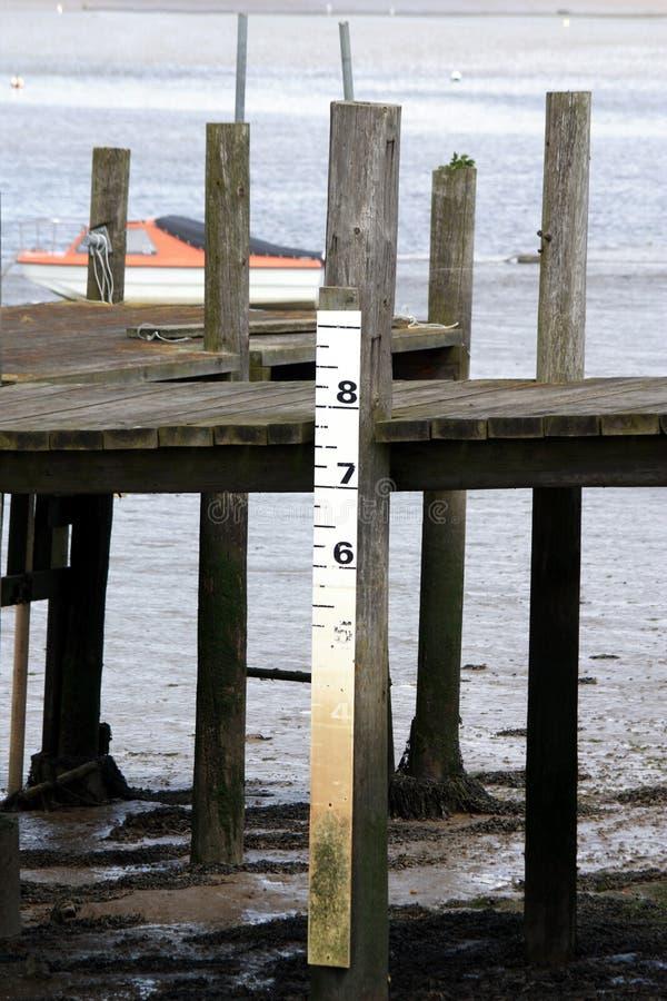 Eine Wasserspiegelmarkierung für Gezeiten- Stufe lizenzfreie stockfotos