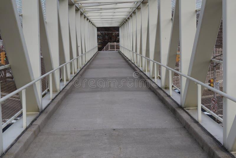 Eine Weg-Weisen-Brücke lizenzfreies stockfoto