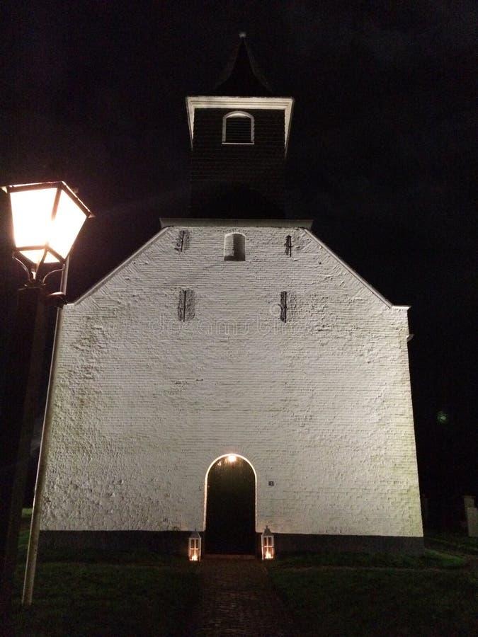 Eine weiße Kirche bis zum Nacht lizenzfreie stockfotos