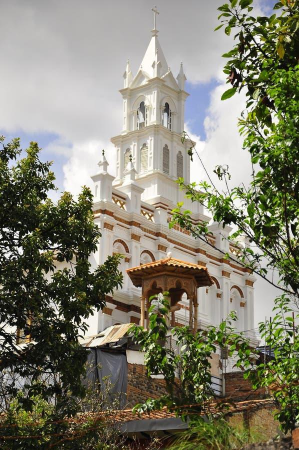 Eine weiße Kirche in der Stadt von Cuenca lizenzfreies stockbild