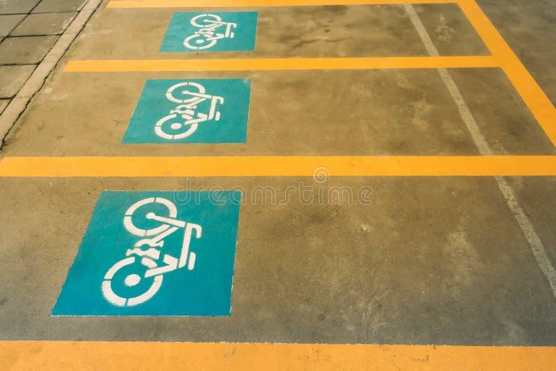 Eine weiße Malerei eines Fahrrades auf dem Asphalt der Straße, die Kennzeichen des Fahrradparkens bedeutet stockbilder