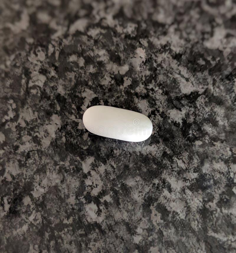 Eine weiße Pille lizenzfreie stockbilder