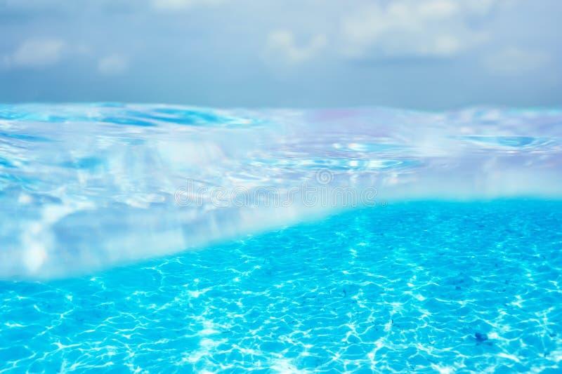 Eine weiße Sandunterseite im klaren Wasser stockbilder