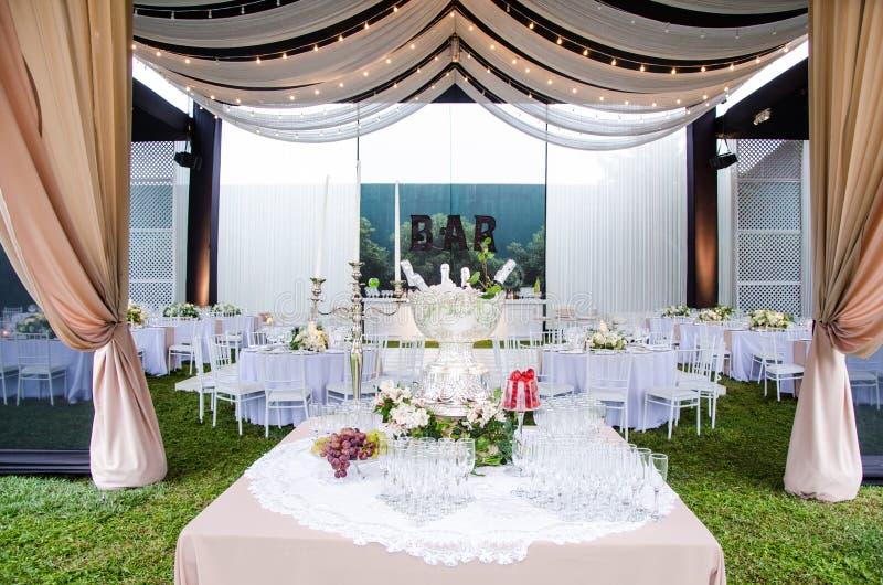 Eine Weitwinkelansicht eines Hochzeitsempfangschauplatzes, mit Tanzboden und umgebenden Tabellen Ein großer Leuchter in lizenzfreie stockfotos