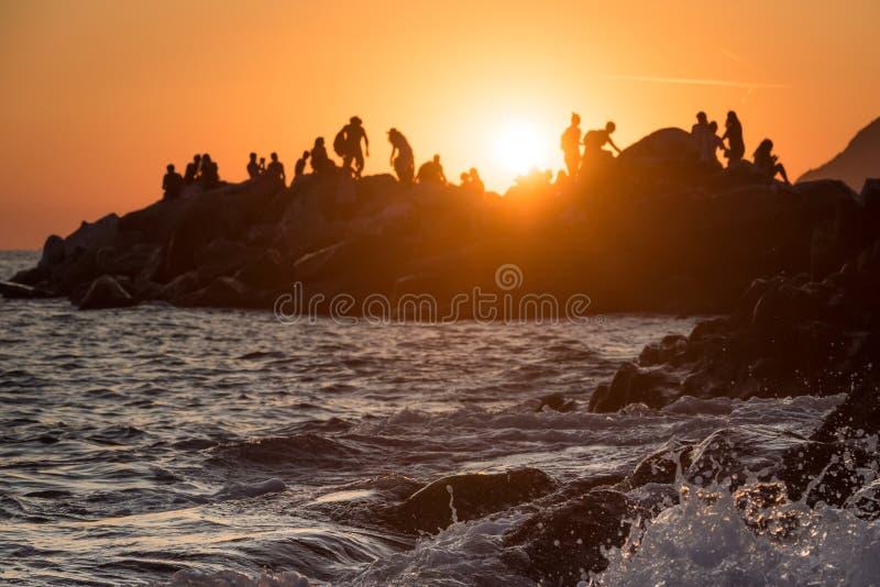 Eine Welle auf dem Felsen stockfotografie