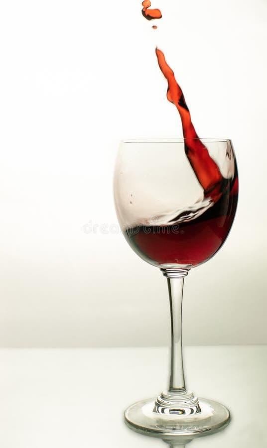 Eine Welle des Rotweins in einem Glas stockfoto