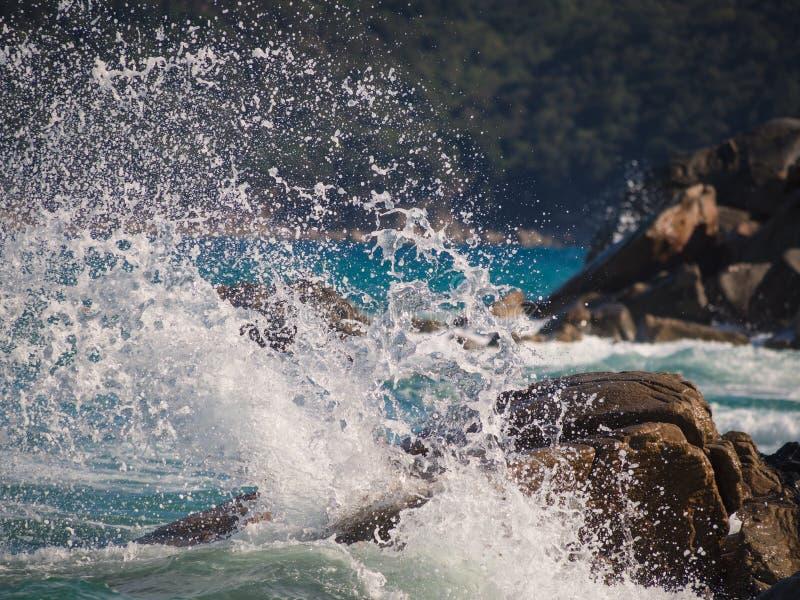 Eine Welle, die auf den Felsen bricht stockfotos
