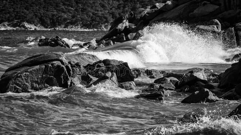 Eine Welle, die auf den Felsen bricht stockfotografie