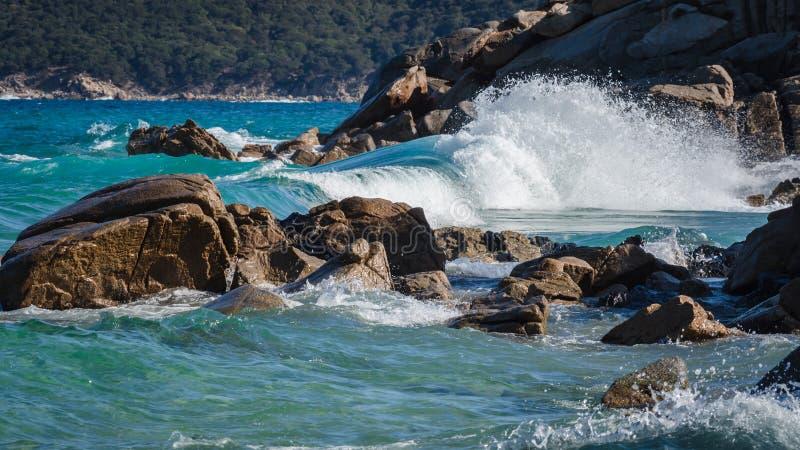 Eine Welle, die auf den Felsen bricht stockfoto