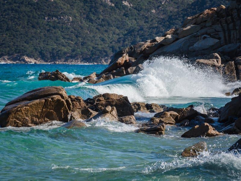 Eine Welle, die auf den Felsen bricht lizenzfreies stockbild