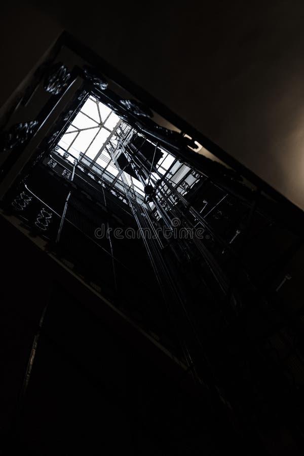 Eine Welle eines Aufzugsschusses von unterhalb b lizenzfreies stockfoto