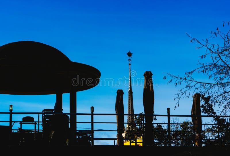 Eine wenige Laube auf einer Brücke stockfoto