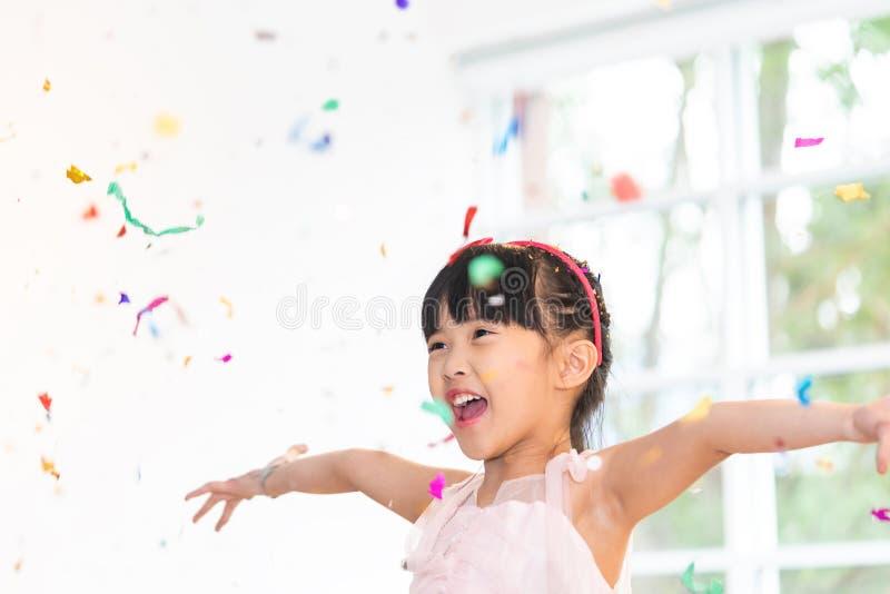 Eine werfende Papierpartei des asiatischen Babys stockfoto