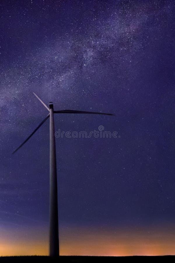 Eine Windkraftanlage mit schöner Milchstraße im Hintergrund mit hellen Sternen über flachem Land um Mitternacht stockfotos