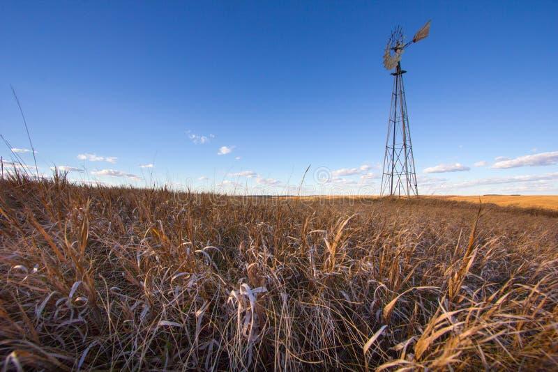 Eine Windmühle unter Grasland-Gras lizenzfreie stockfotos