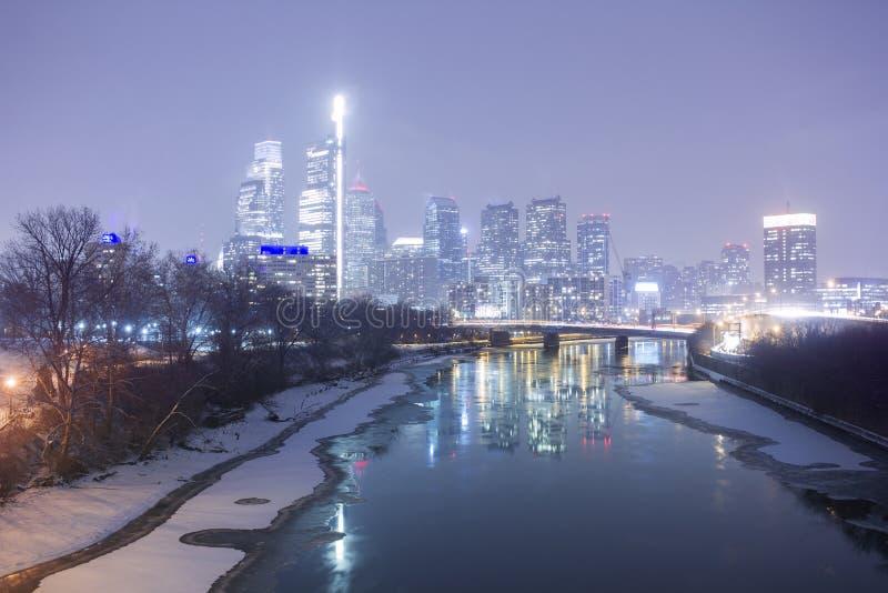 Eine winterliche Stadt nachts lizenzfreie stockfotos