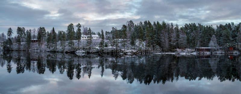 Eine Winterwasserreflexion des Flusses Otra in Norwegen stockbild