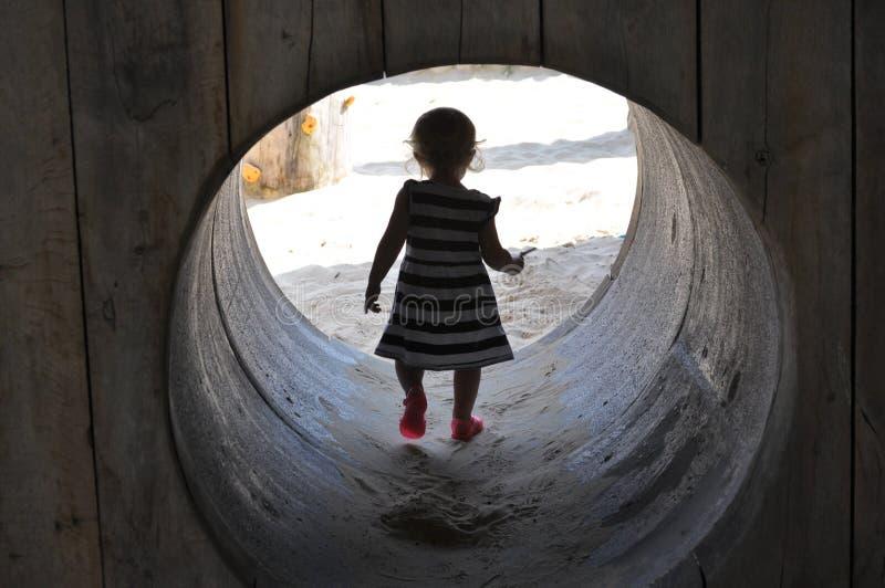 Eine wunderbare Entdeckung der Kleinkinder stockfotografie