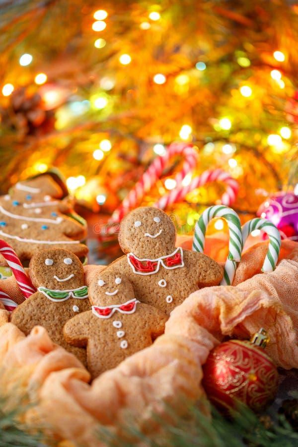 Eine wunderbare Weihnachtskarte Traditionelle Weihnachtsingwerkekse in Form von kleinen Männern und Weihnachtsfichte Zartheit im  stockbilder