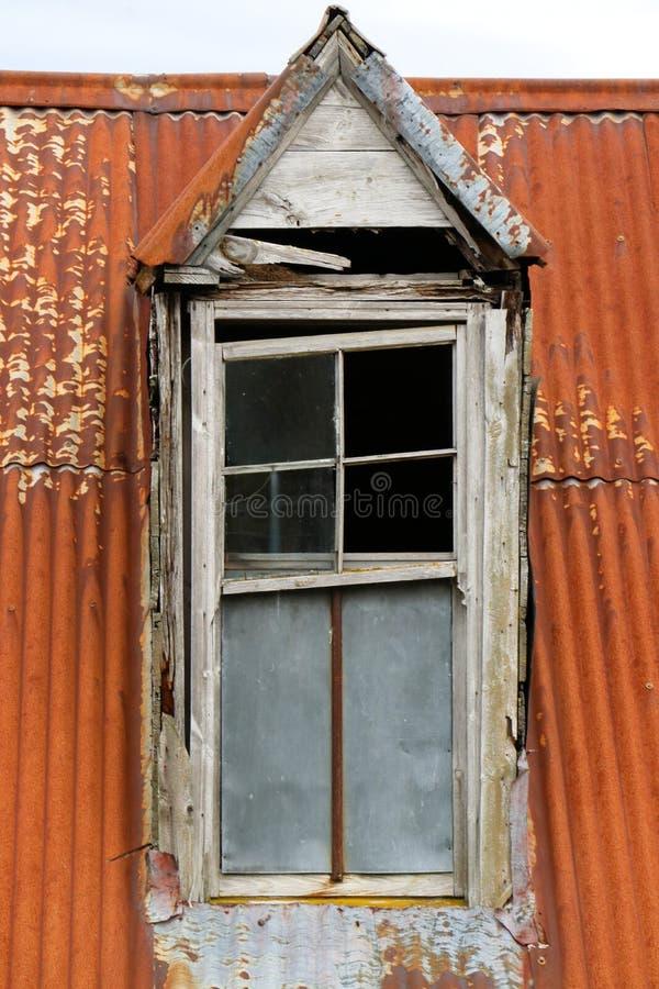 Eine zerbrochene Fensterscheibe in einem veralteten Gebäude lizenzfreies stockfoto