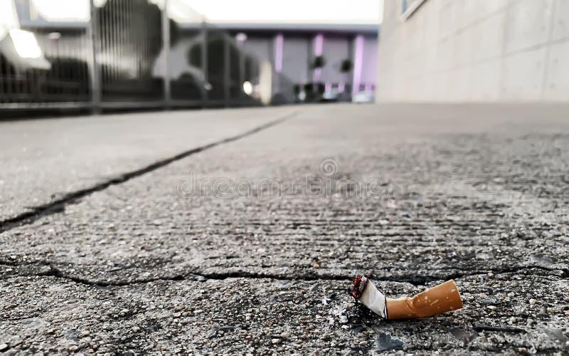 Eine Zigarette auf dem Boden lizenzfreie stockbilder