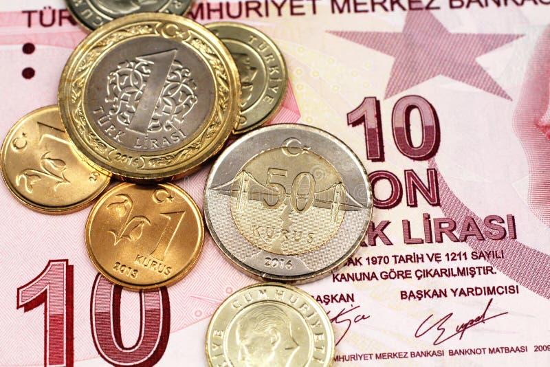 Eine Zusammenstellung von türkischen Münzen auf einer Banknote der türkischen Lira zehn stockfotos