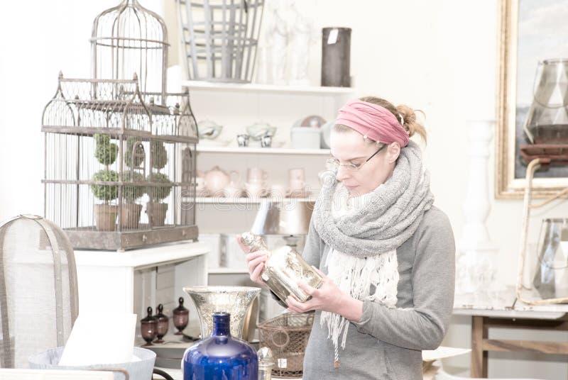 In einem Antiquitätengeschäft stockfotos