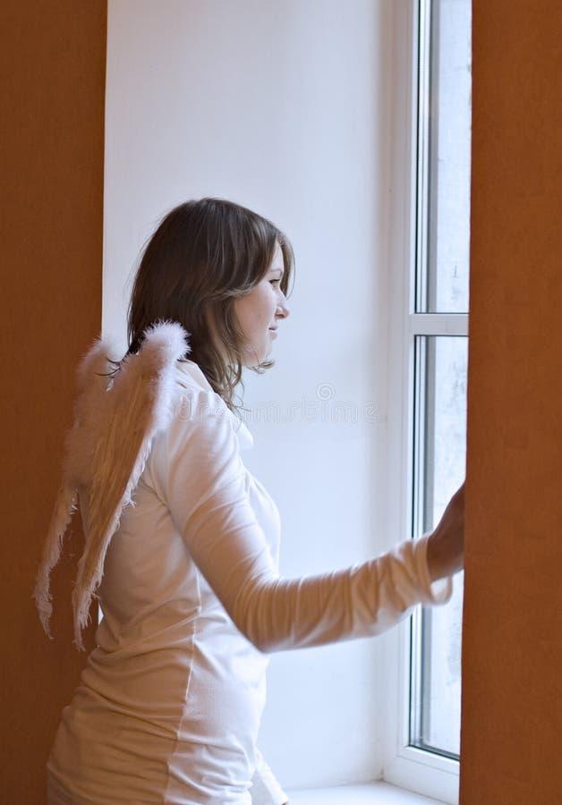 An einem Fenster stockfoto