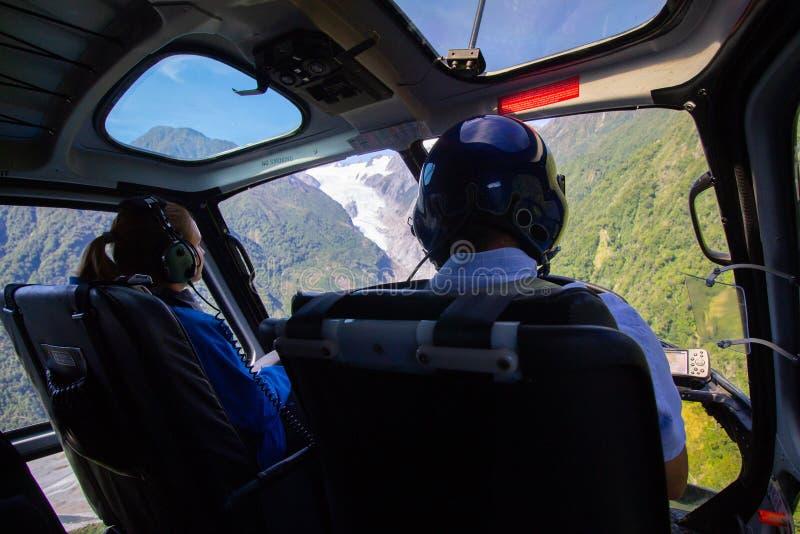 In einem Hubschrauberfliegen in Richtung zu einem Gletscher in Franz Josef New-Zealand lizenzfreies stockbild