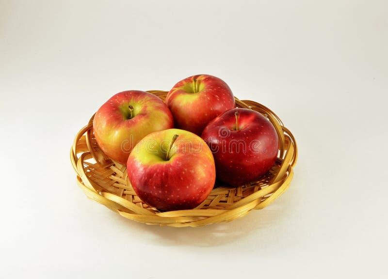 Vier Äpfel In Einem Korb Stockbild. Bild Von Unternehmen