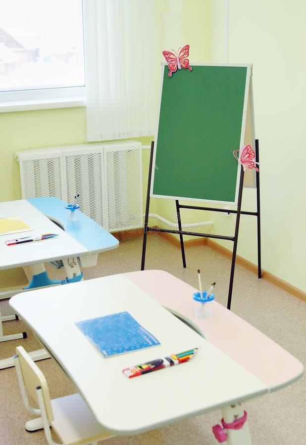 In einem Raum für zeichnende Lektionen im Kindergarten lizenzfreie stockfotos