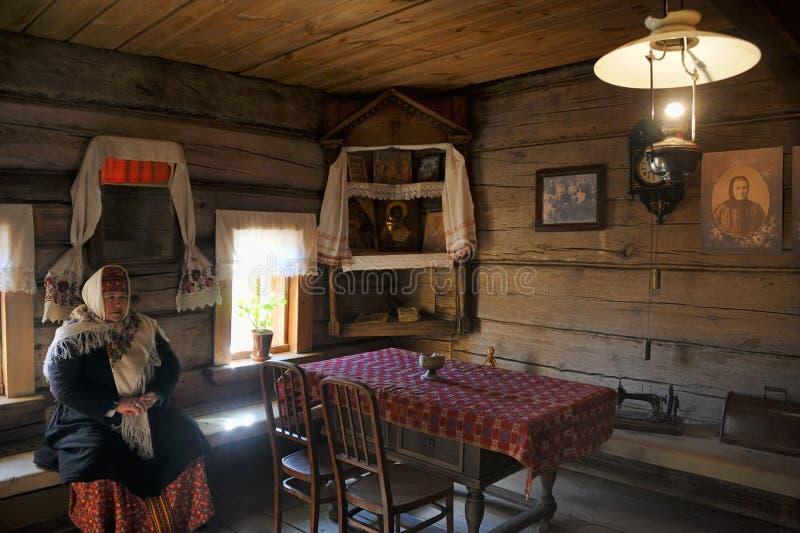 In einem Wohnzimmer eines Hauses von Rich Peasant - Museum hölzernen A lizenzfreie stockfotos