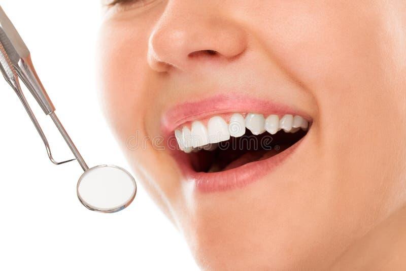 An einem Zahnarzt mit einem Lächeln lizenzfreie stockfotografie