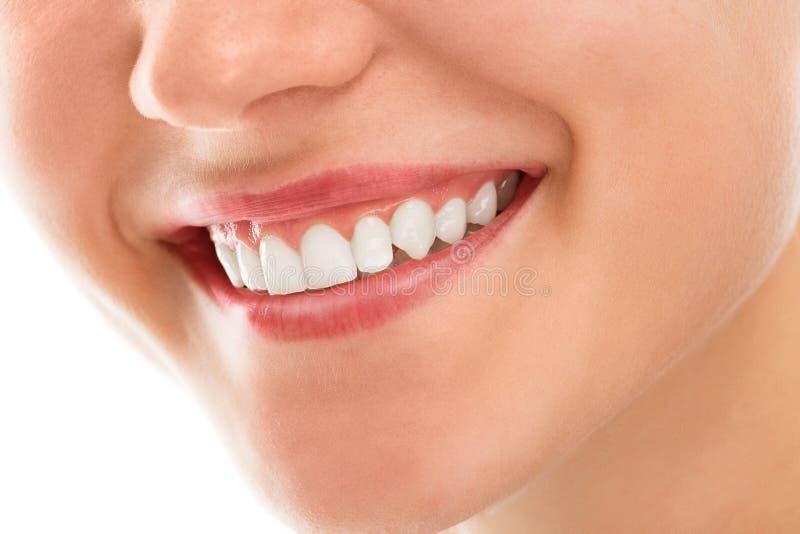 An einem Zahnarzt mit einem Lächeln stockfotos