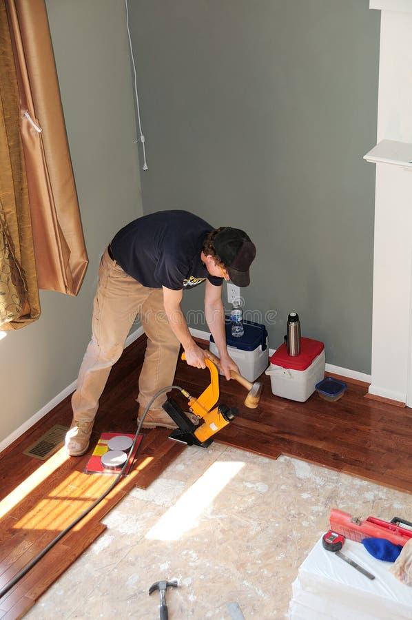 Einen Hartholz-Fußboden installieren - Aufbau stockbild