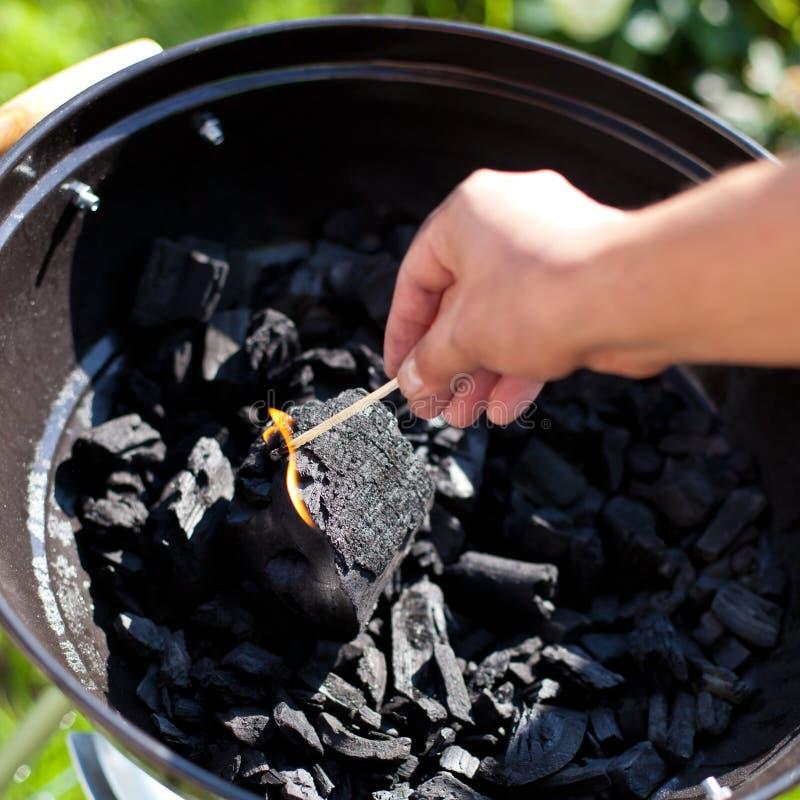 Einen Matchstick beleuchten, Verbrennung eine Kohle lizenzfreie stockfotografie