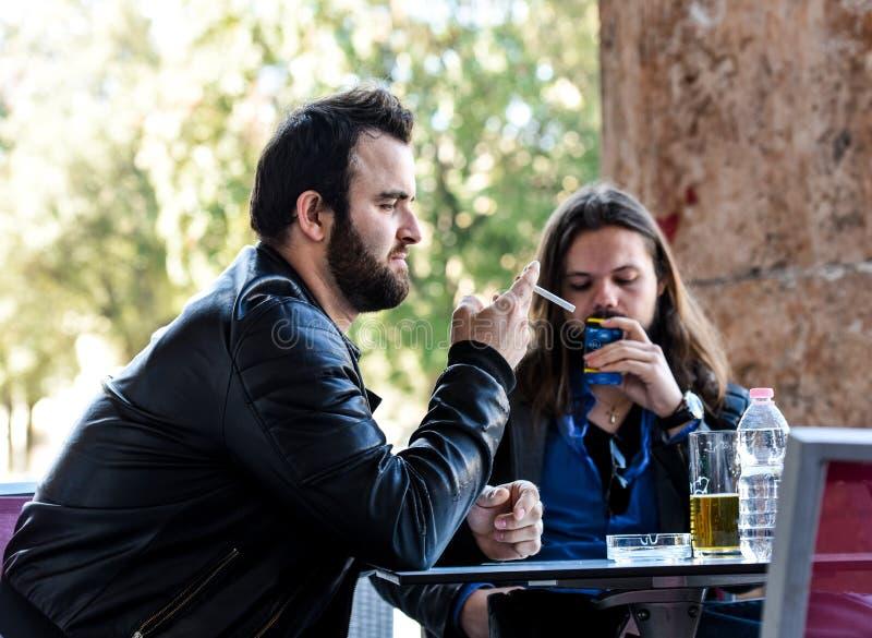 Einen Rauch mit einem Bier haben stockbilder