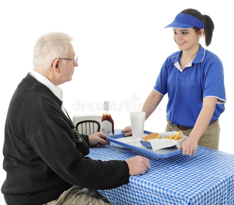 Einen Senior glücklich dienen stockbild