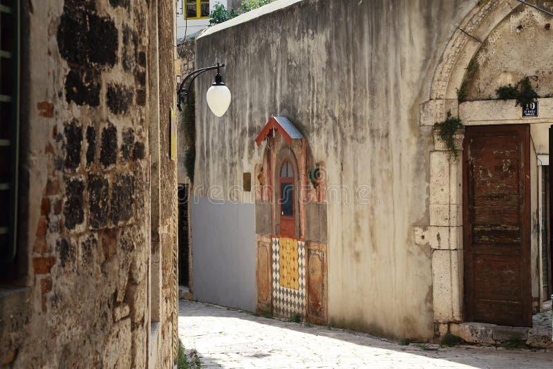 Einer der Wege des alten kroatischen Chors Sibenik lizenzfreie stockfotografie