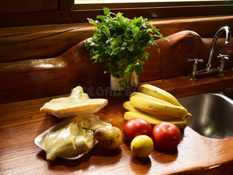 In einer Küche einer Kabine wird einige Früchte, Gemüse und Fleisch beobachtet lizenzfreies stockfoto