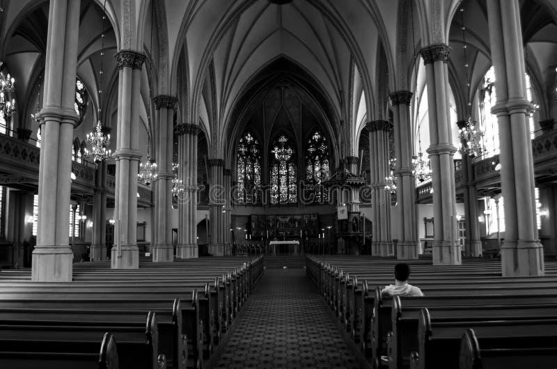 In einer Kirche allein sitzen lizenzfreie stockbilder