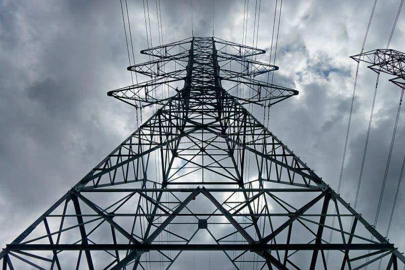 einer Sendeleistungslinie Turm oben betrachten stockbilder