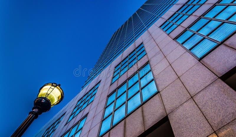 einer Straßenbeleuchtung und dem PNC-Bank-Mittegebäude oben herein betrachten stockfoto