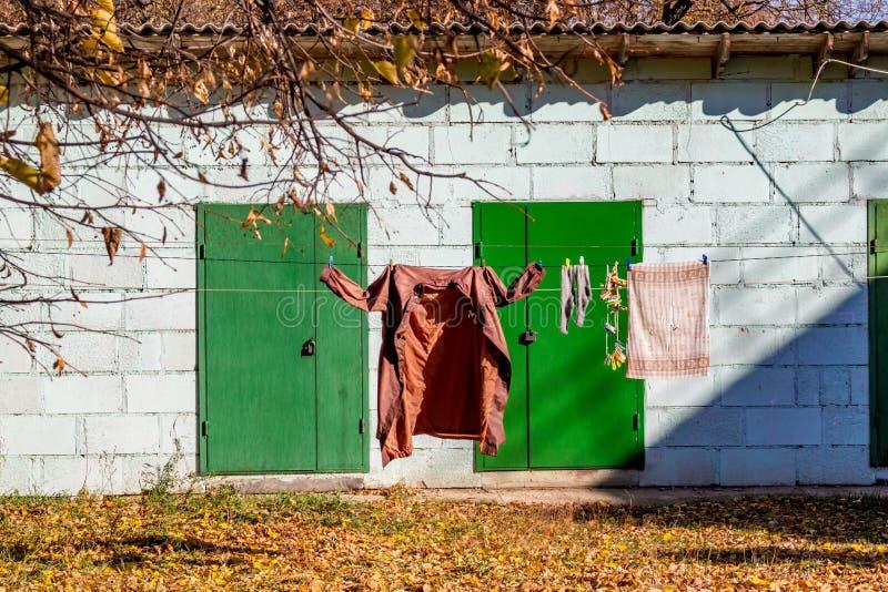 An einer Wäscheleine draußen Leinenhängen, Kleidung trocknend lizenzfreie stockbilder