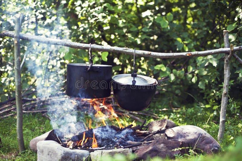 In einer wandernden Reise kochen, essend in den Bergen, Tourismus Kochen an der Stange lizenzfreie stockfotos
