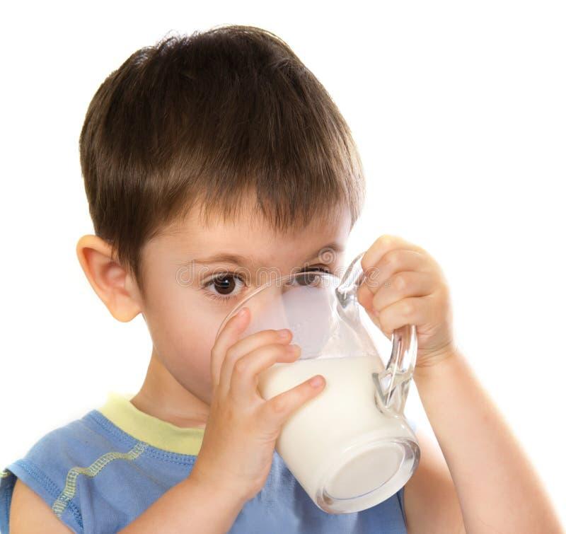 Eines Kindes, das etwas Milch trinkt lizenzfreie stockbilder