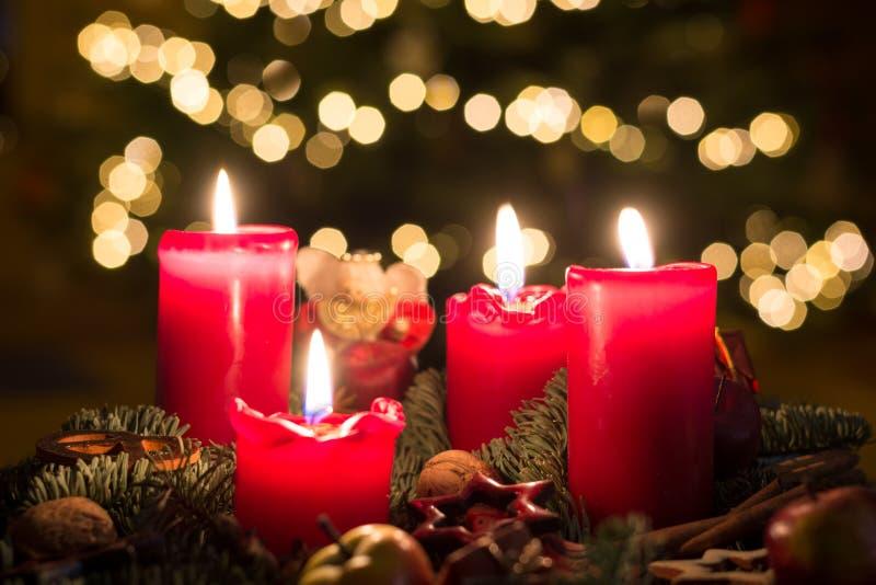 Einführungskranz mit allen vier Kerzen leuchtete mit undeutlichem backgroun stockbild