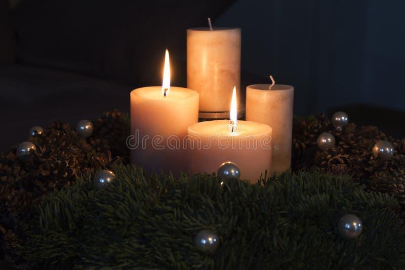 Einführungskranz mit zwei brennenden Kerzen lizenzfreie stockfotografie
