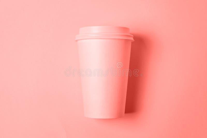 Einfach flache gelegte Entwurfspapier-Kaffeetasse gefärbt in der modischen Farbe des lebenden korallenroten Hintergrundes des Jah stockfoto